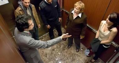 Придерживать ли двери в лифте?